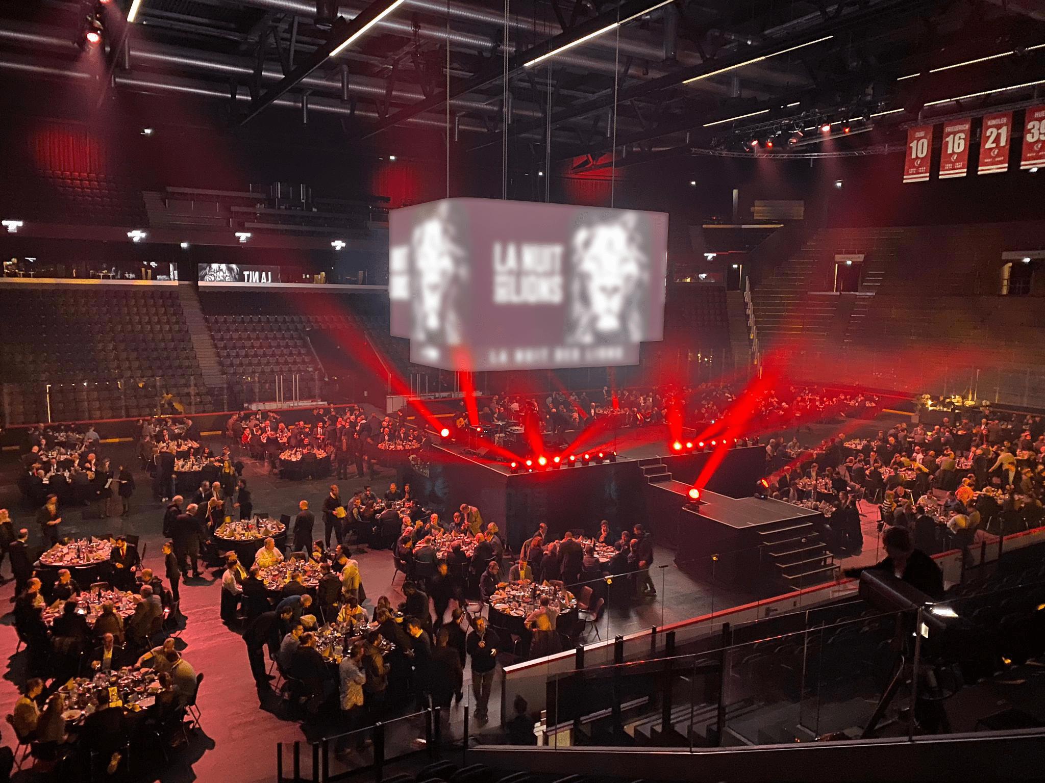 La patinoire de la Vaudoise aréna recouverte pour accueillir un banquet