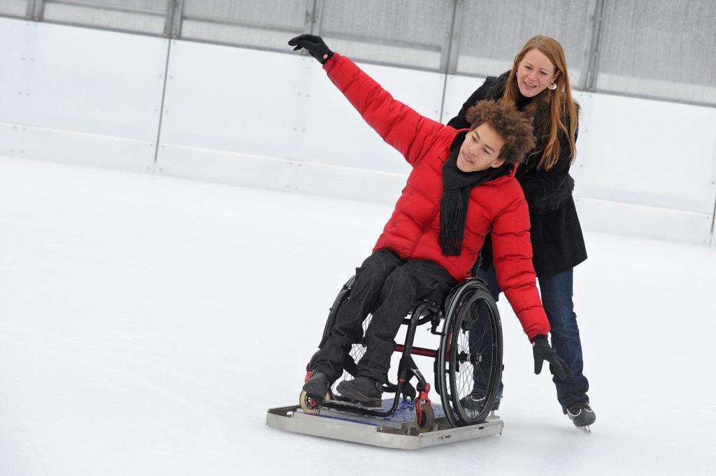 Plateforme à patin et fauteuil roulant fournis par la fondation Cérébral