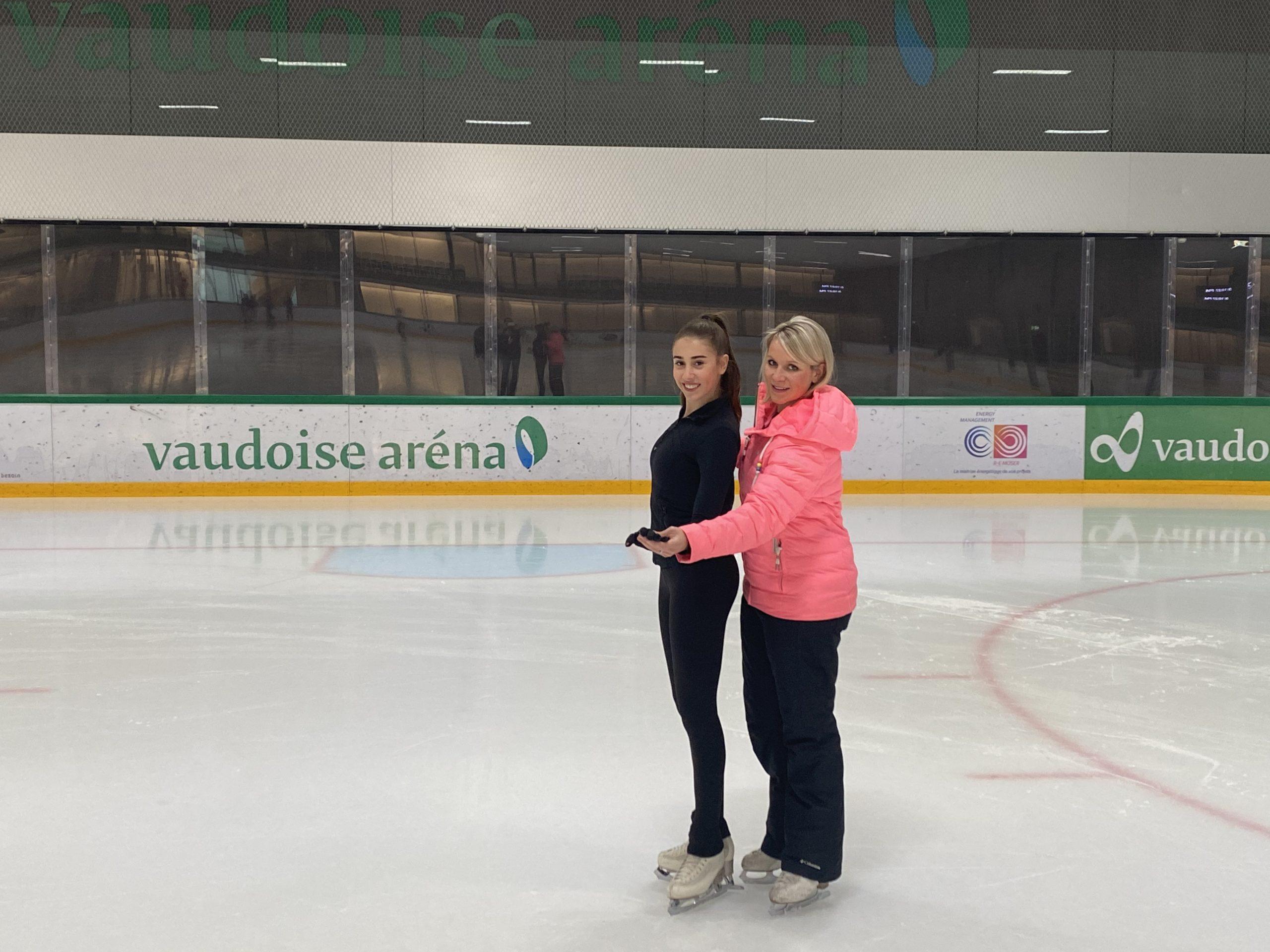Helena Fuerbringer, professeure de patinage et Maelle Ledermann, patineuse, sur la patinoire de la Vaudoise aréna