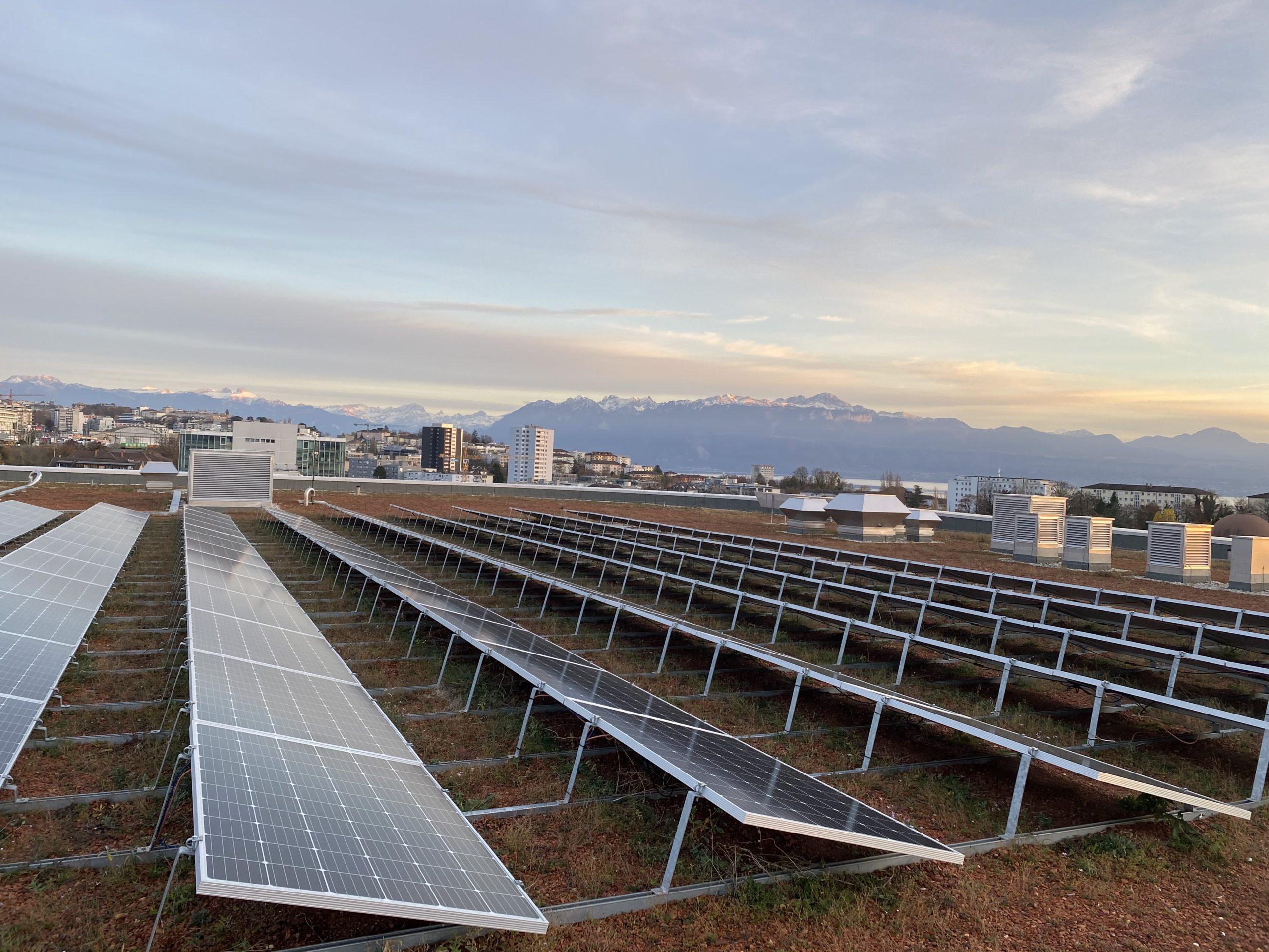 Panneaux solaires sur le toit de la Vaudoise aréna